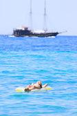在海中床垫上比基尼的女人 — 图库照片