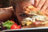 Comer um delicioso hambúrguer com queijo — Fotografia Stock