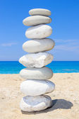 Pebbles stack balance over blue sea — Stock Photo