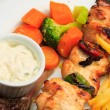 Foto de Stock  : Chicken skewers with salad greens