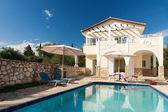 Lyxig villa med pool — Stockfoto