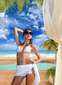 在热带度假村在泳池边的女人 — 图库照片