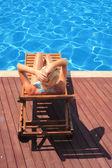 美しい若い女性はプールで — ストック写真