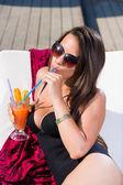 Giovane donna rilassante della piscina — Foto Stock