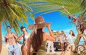 молодые люди на пляже путешествия концепции — Стоковое фото