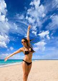 Mooi meisje met witte stof op het strand. — Stockfoto