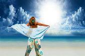 Kvinna med sarong på stranden — Stockfoto