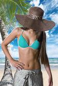 Mujer hermosa en la playa. — Foto de Stock