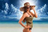 Kumsalda genç kadın — Stok fotoğraf
