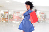 Young woman holding shopping bags — Stockfoto