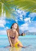 在 ko 的皮皮岛上海滩上的女人 — 图库照片