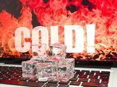 Cubos de gelo no teclado do computador — Foto Stock