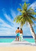 Par på den tropiska stranden — Stockfoto