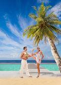 Couple on the tropical beach — Stockfoto