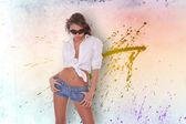 Mujer joven en pantalones cortos de mezclilla — Foto de Stock