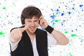 молодой человек прослушивания музыки. — Стоковое фото