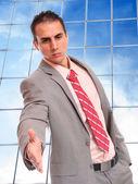 Uomo d'affari in posa all'edificio azienda — Foto Stock