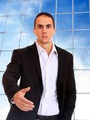 деловой человек, позируя на корпоративные здания — Стоковое фото