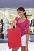 若い女性持株ショッピング バッグ — ストック写真