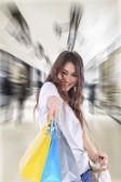 Młoda kobieta gospodarstwa torby na zakupy — Zdjęcie stockowe