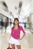 Giovane donna shopper in azienda — Foto Stock