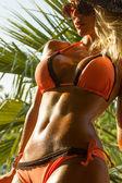 Frau im bikini tropical resort — Stockfoto