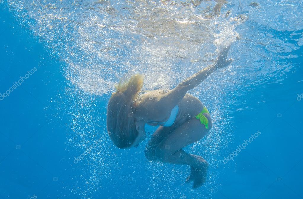 年轻女子水下游泳 — 图库照片08netfalls#3917193