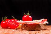 Aperitivos con tomates y queso — Foto de Stock