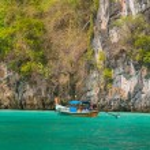 Longtail boat in the famous Maya bay of Phi-phi Leh island — Stock Photo