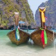Longtail boats in the famous Maya bay of Phi-phi Leh island — Stock Photo