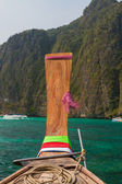 Longtail boat in the famous Maya bay of Phi-phi Leh island — Stock Photo