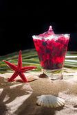 Малиновый коктейль на песке — Стоковое фото