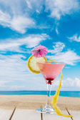 Martini cocktail at the beach — Stock fotografie