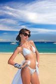 Sahilde kadınla — Stok fotoğraf