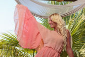 Donna rilassante resort estate — Foto Stock