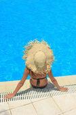 Jonge vrouw ontspannen bij het zwembad — Stok fotoğraf