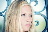 Jovem mulher loira posando nas ruas — Fotografia Stock