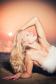 Beautiful Girl With White fabric on The Beach. — Stock Photo