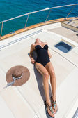 彼女のプライベート ヨットで若い女性 — ストック写真