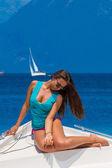 Jonge sexy vrouw op haar prive-jacht — Stockfoto
