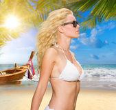 Mladá blondýnka na pláži — Stock fotografie