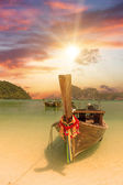 Phi Phi Island - Traditional longtail boat in Loh Dalum Bay — Stock Photo