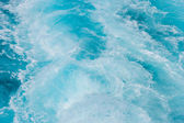 Wake in blue clear waters — Stock fotografie
