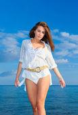 Kvinna på stranden — Stockfoto