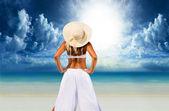 Kvinna avkopplande vid stranden — Stockfoto