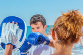 Couple training boxing on the beach — 图库照片