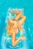 A girl is relaxing in a swimming pool — Stock Photo