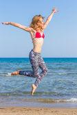 Genç kadın suya atlama — Stok fotoğraf