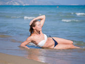 Entspannende junge frau am strand — Stockfoto