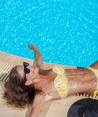 Una chica es relajante en la piscina — Foto de Stock